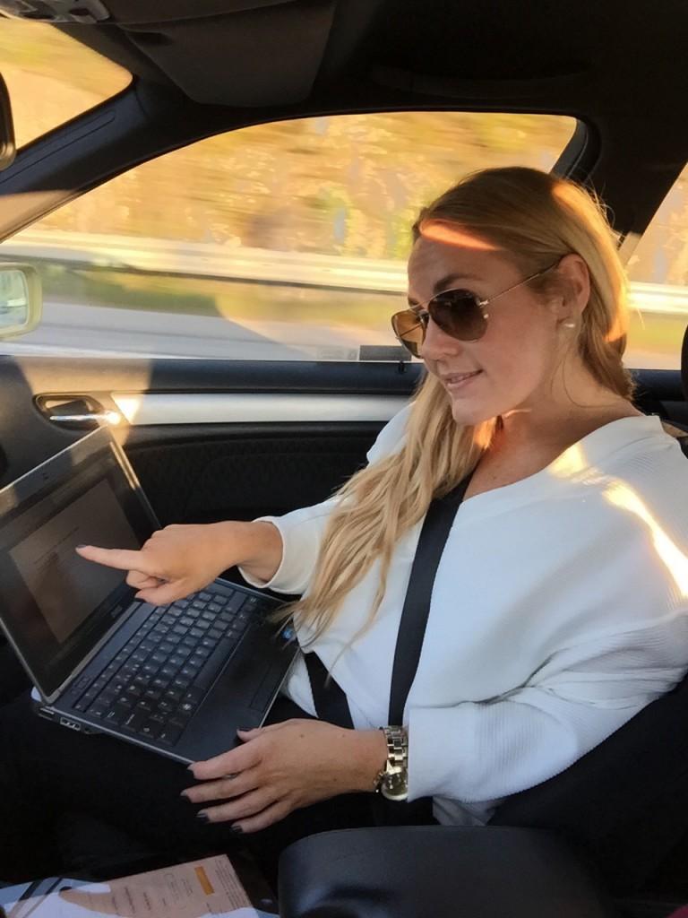 emelie i bilen