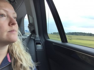 Blev en sen kväll igår hos min bror och fru, så här sitter en tröttis, dessutom i baksätet, känns ovant, älskar ju att köra bil men passar på att jobba och se på naturen