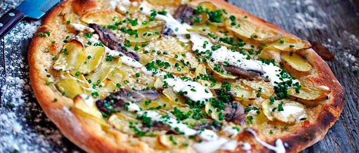 mandelpotatispizza-med-ansjovis-och-grasloksgraddfil